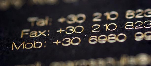 κάρτα σε μαύρο χαρτί κουσέ με χρυσοτυπία που αντικαθιστά το μελάνι για την τυπογραφία