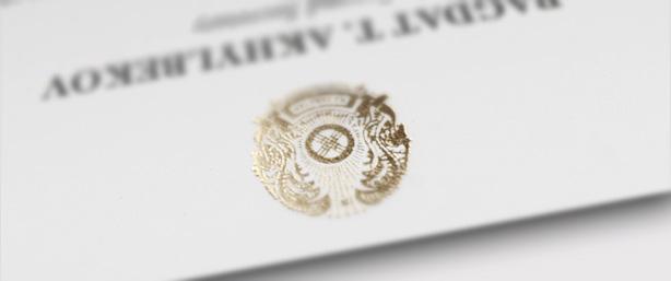 κάρτα με κομψή τυπογραφία και οικόσημο χρυσοτυπίας